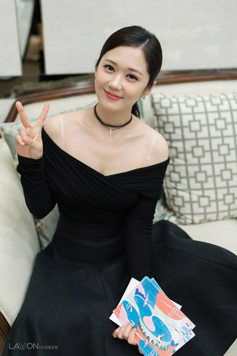 """Sở hữu gương mặt """"trẻ thơ"""", Jang Nara còn rất ưa chuộng phong cách năng động, cùng kiểu tóc mái bằng được cắt ngắn ôm khuôn mặt càng làm tăng sự trẻ trung cho cô."""