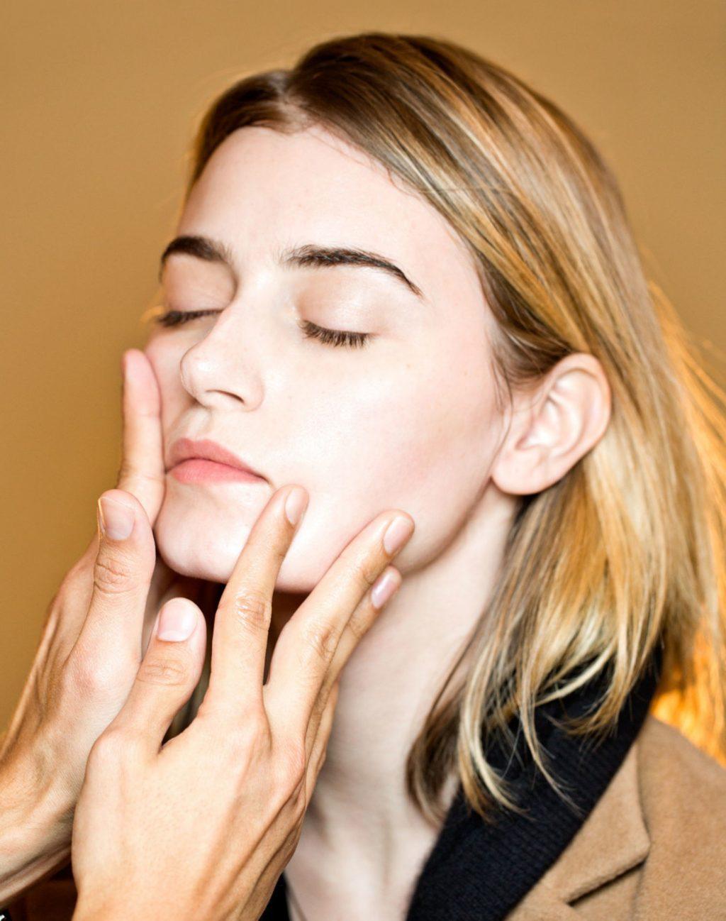 Không thoa kem dưỡng ẩm quá dày để giúp da ăn lớp trang điểm