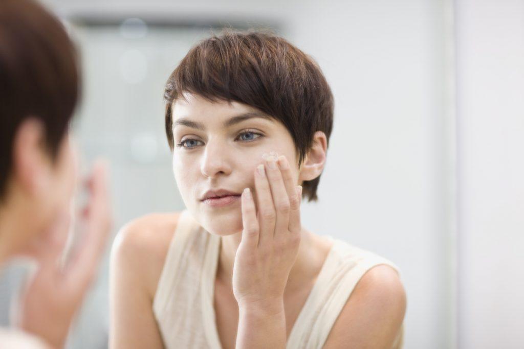 Lựa chọn kem dưỡng ẩm phù hợp với độ pH của da để tránh gây kích ứng