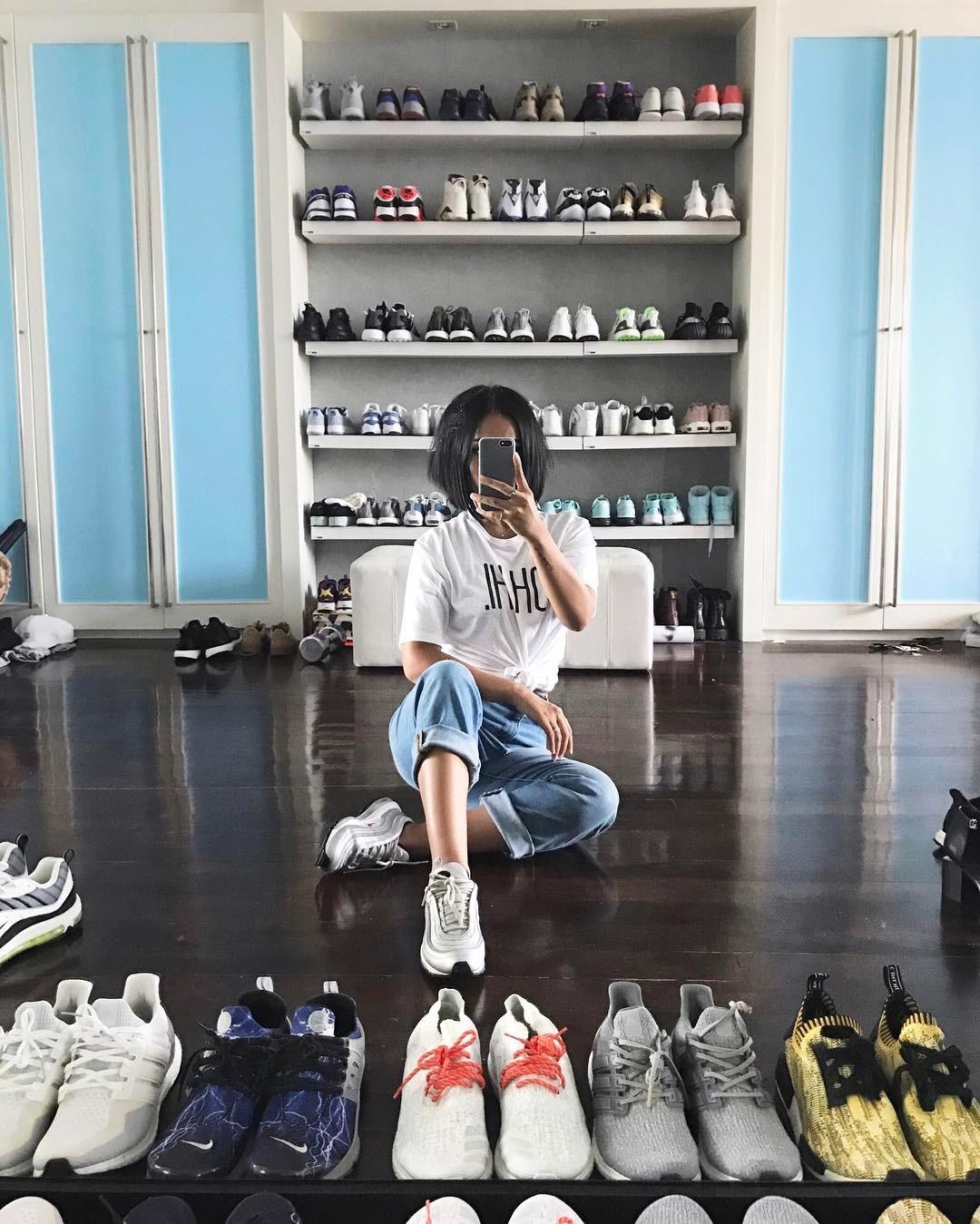 """Bộ sưu tập """"khủng"""" giày thể thao của cô nàng."""