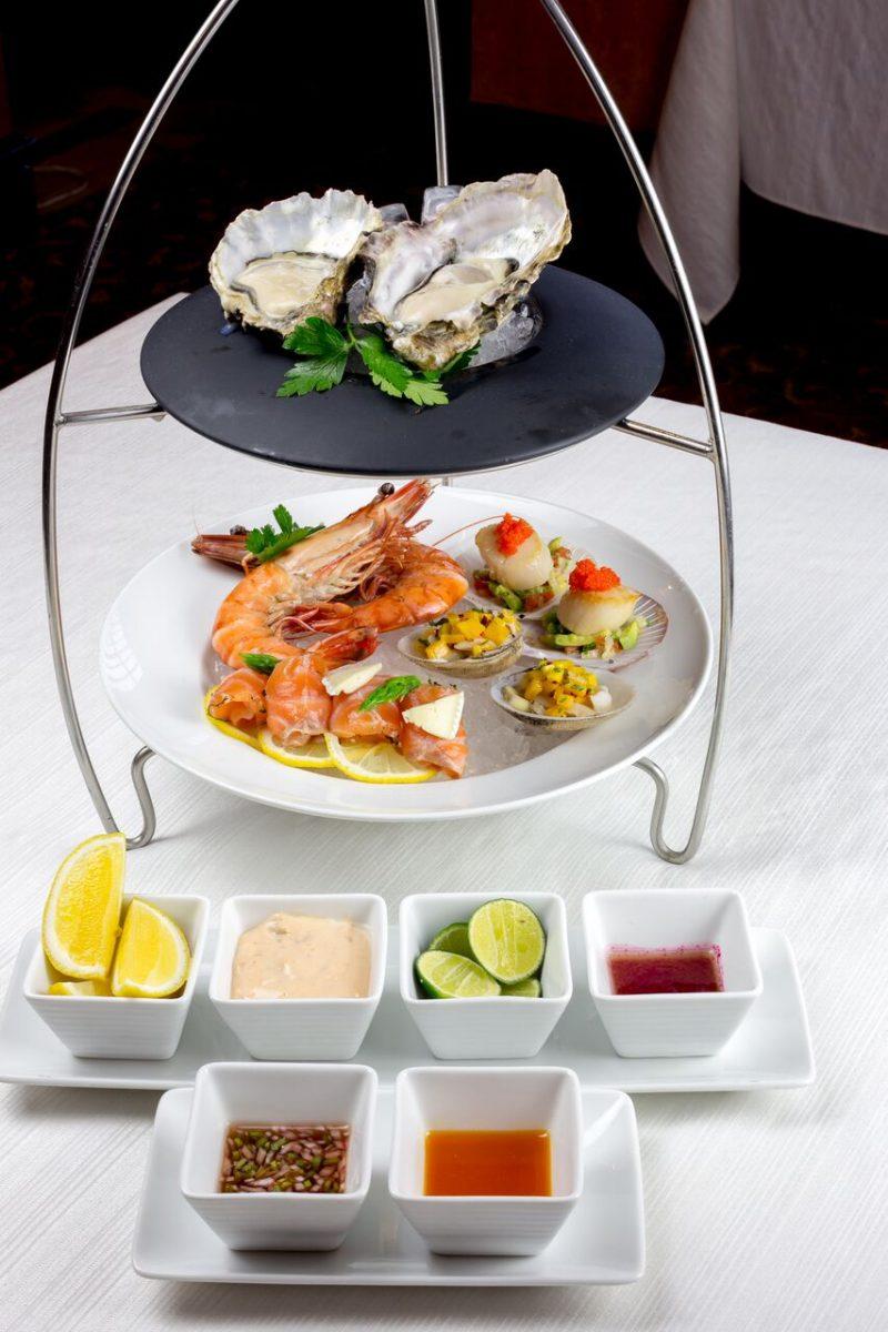 Nhà hàng Oven D'or tặng một suất ăn cho khách hàng dẫn theo bạn đi cùng.