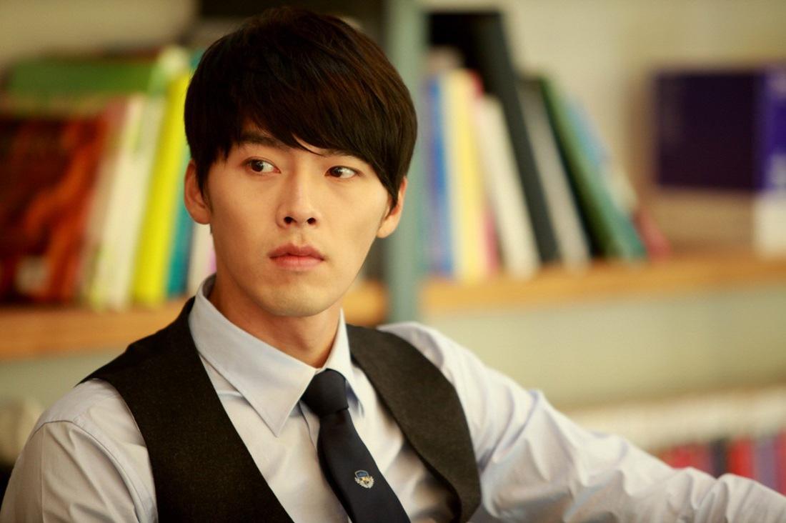 """Nổi tiếng từ cơn sốt Nàng Kim Sam Soon, Hyun Bin vẫn phong độ như ngày nào khi vào vai """"giám đốc tửng"""" trong Khu vườn bí mật."""