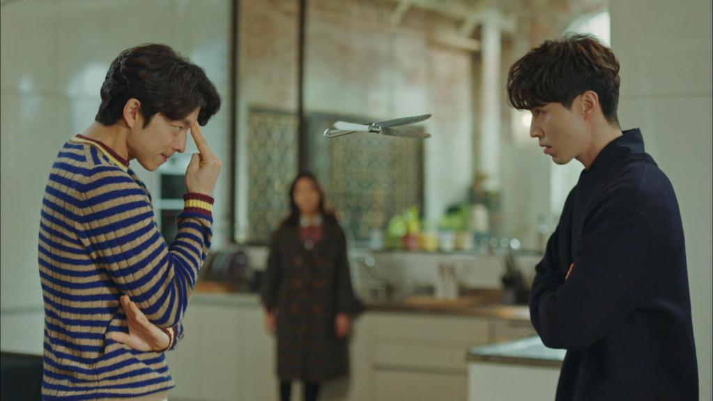 """Cặp đôi """"trời thần"""" Yêu tinh và Sứ giả địa ngục được fan cực kì yêu thích với những trò quậy phá, chọc ghẹo nhau. Ở ngoài đời, Gong Yoo và Lee Dong Wook cũng là hai diễn viên hay pha trò nhất trên trường quay."""