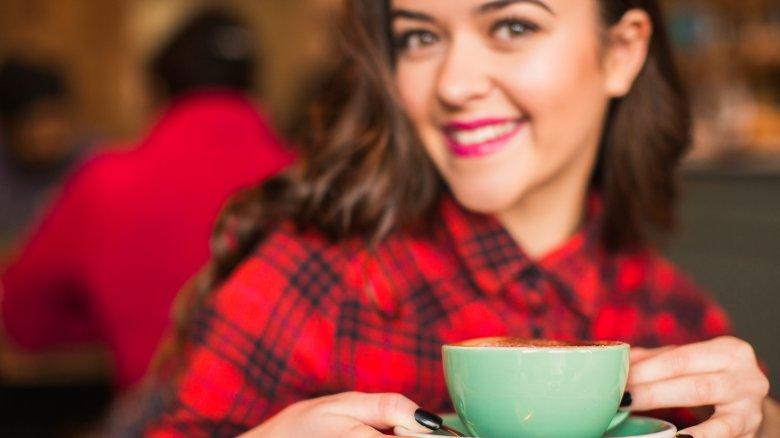 Khi uống cafe, đồng tử của mắt sẽ giãn nở và khiến mắt chúng ta trở nên rõ hơn, tuy nhiên, tình trạng này không hề kéo dài đâu nhé
