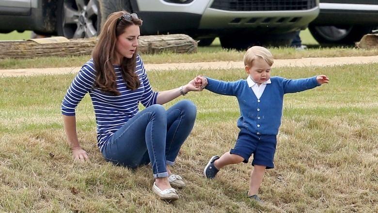 Bà mẹ hai con tự trông vô cùng khỏe khoắn với áo thun sọc, skinny jeans, và giày lười chơi đùa cùng tiểu hoàng tử George.