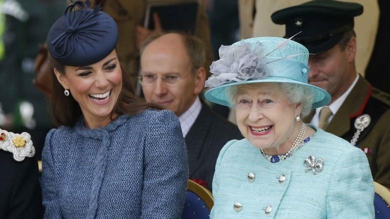 Nữ hoàng như người thầy hướng dẫn và động viên cô rất nhiều khi còn bỡ ngỡ với cuộc sống hoàng gia.