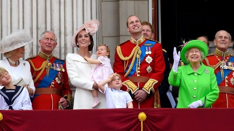 Là người của hoàng thân quốc thích, Kate phải học cách thích ứng với nhiều quy củ, nề nếp của cuộc sống trong cung điện.