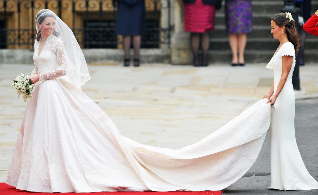 Chiếc váy cưới màu trắng ngà kết hợp các chi tiết cổ điển như ren thêu và vải đụn từ thời Victoria thế kỉ 19 với kỹ thuật cắt may hiện đại nhưng tinh tế.