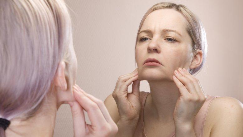 Không chỉ khiến các lỗ chân lông bị tắt nghẽn mà việc không tẩy trang còn đẩy nhanh tốc độ lão hóa của da