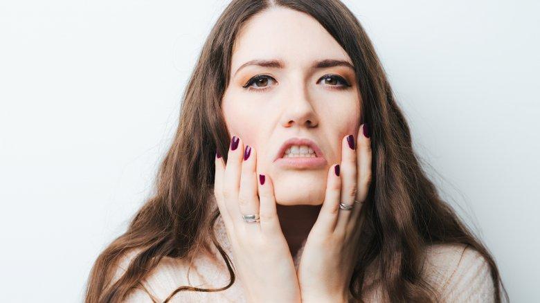 Sự mất nước cũng chính là một trong những hậu quả khi làn da bị bí bách bởi những sản phẩm trang điểm