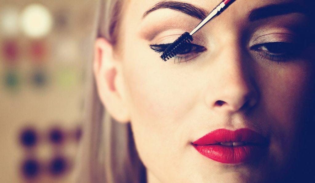 Đôi mắt là bộ phận yếu và nhạy cảm nhất trên khuôn mặt, vì vậy các vi khuẩn và bụi bẩn chưa làm sạch trên khuôn mặt sẽ dễ tấn công và khiến chúng bị mẩn đỏ, sưng và yếu đi