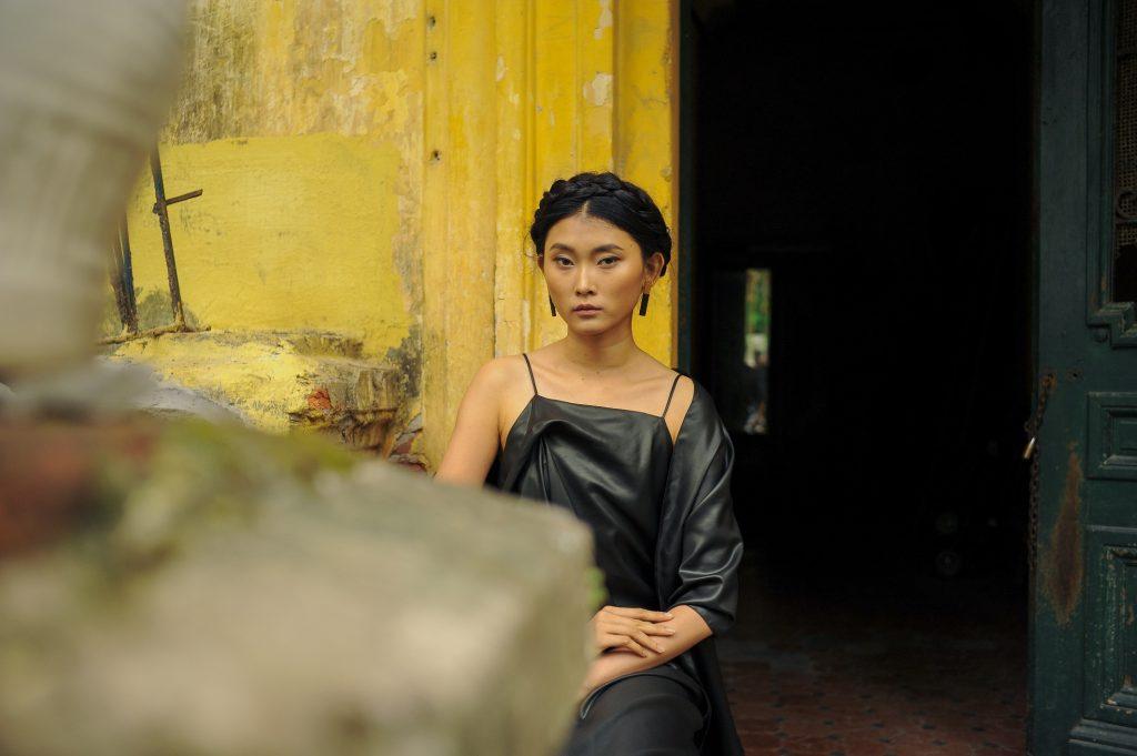 Hình ảnh cô gái Hà Nội kiêu sa trong màu lụa đen huyền bí.