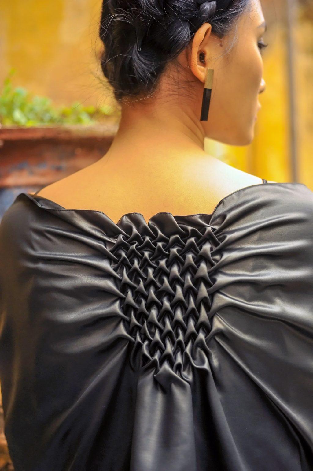 Những dải tết smocking ở cổ, sau lưng hoặc bên sườn đặc sắc.