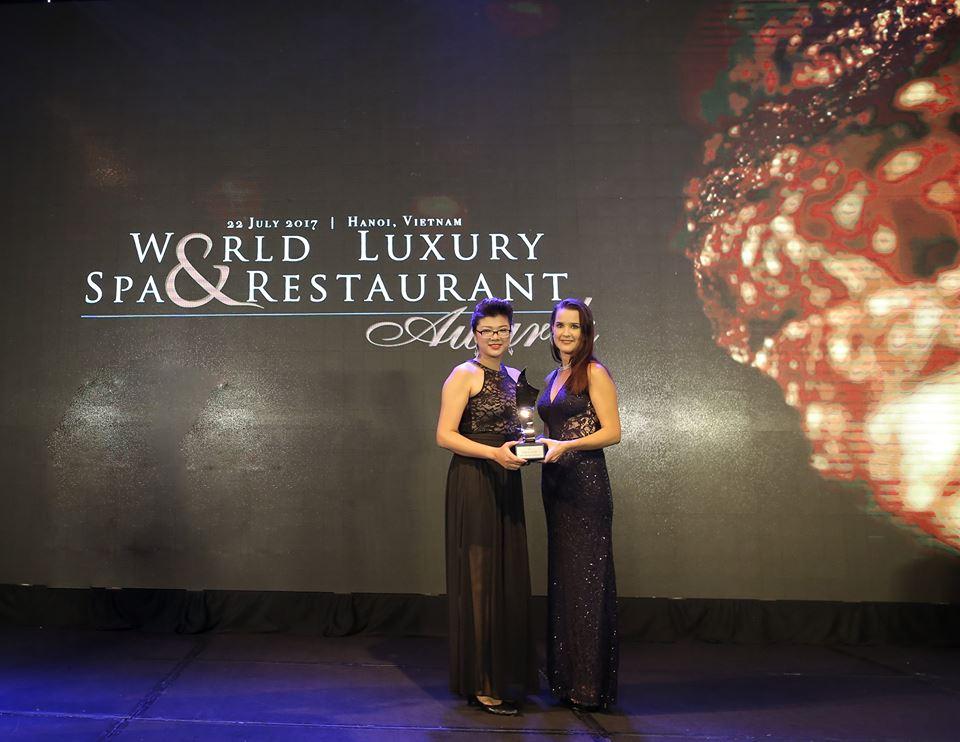 Fiona Phan – Giám đốc Câu Lạc Bộ Sức Khỏe và Spa vui mừng đón nhận giải thưởng danh giá.