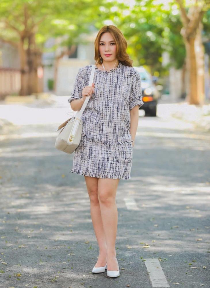 Váy suông với họa tiết đơn giản giúp Mỹ Tâm trông trẻ trung hơn, đồng thời khéo léo khoe được cặp chân của mình