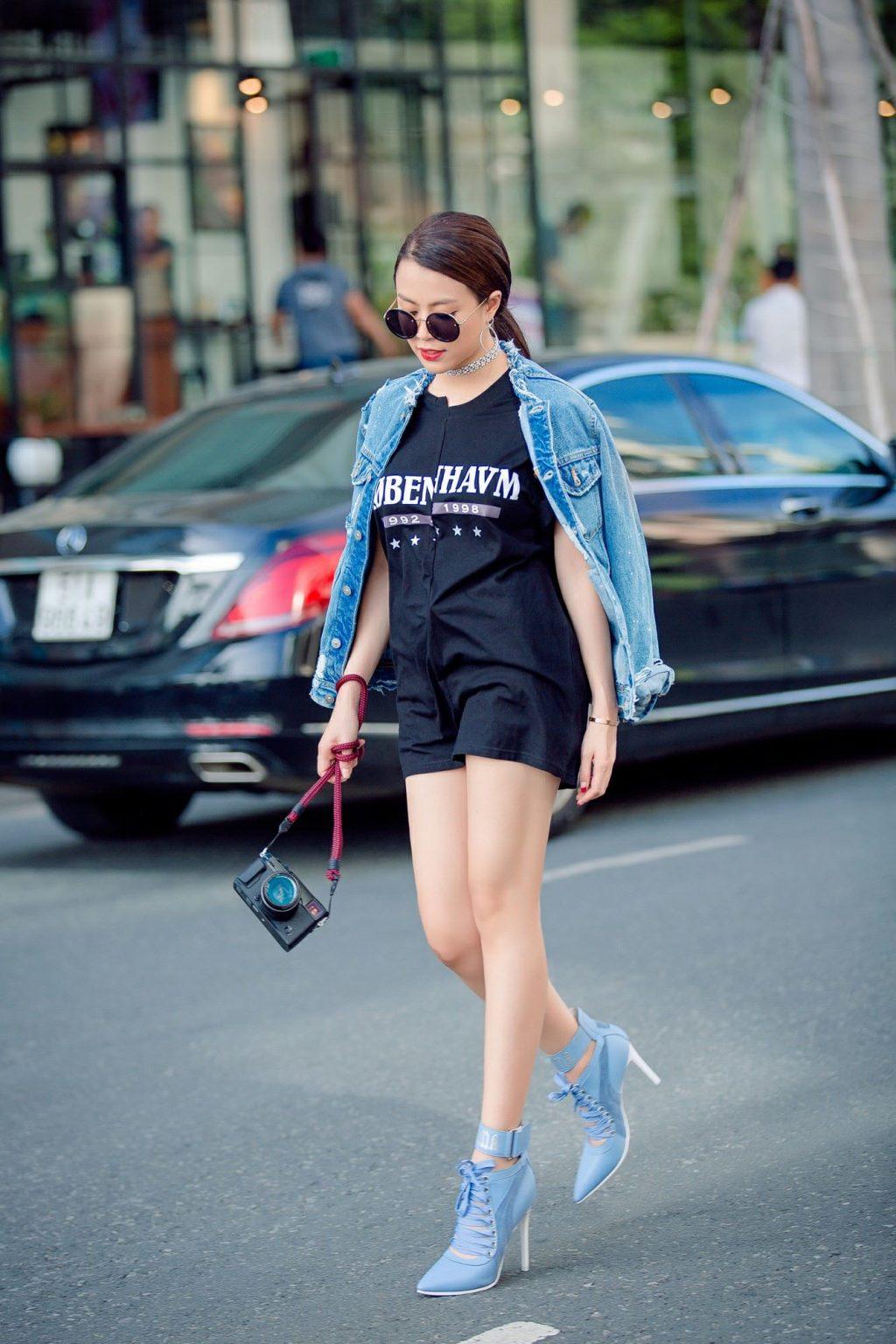 """Dáng dấp năng động nhưng không kém phần sexy được cô tận dụng triệt để trong những bộ outfit """"chất phát ngất"""", từ váy ngắn tua rua, baggy jeans, đến đầm bó sát, hay họa tiết đuôi cá đẹp mắt."""