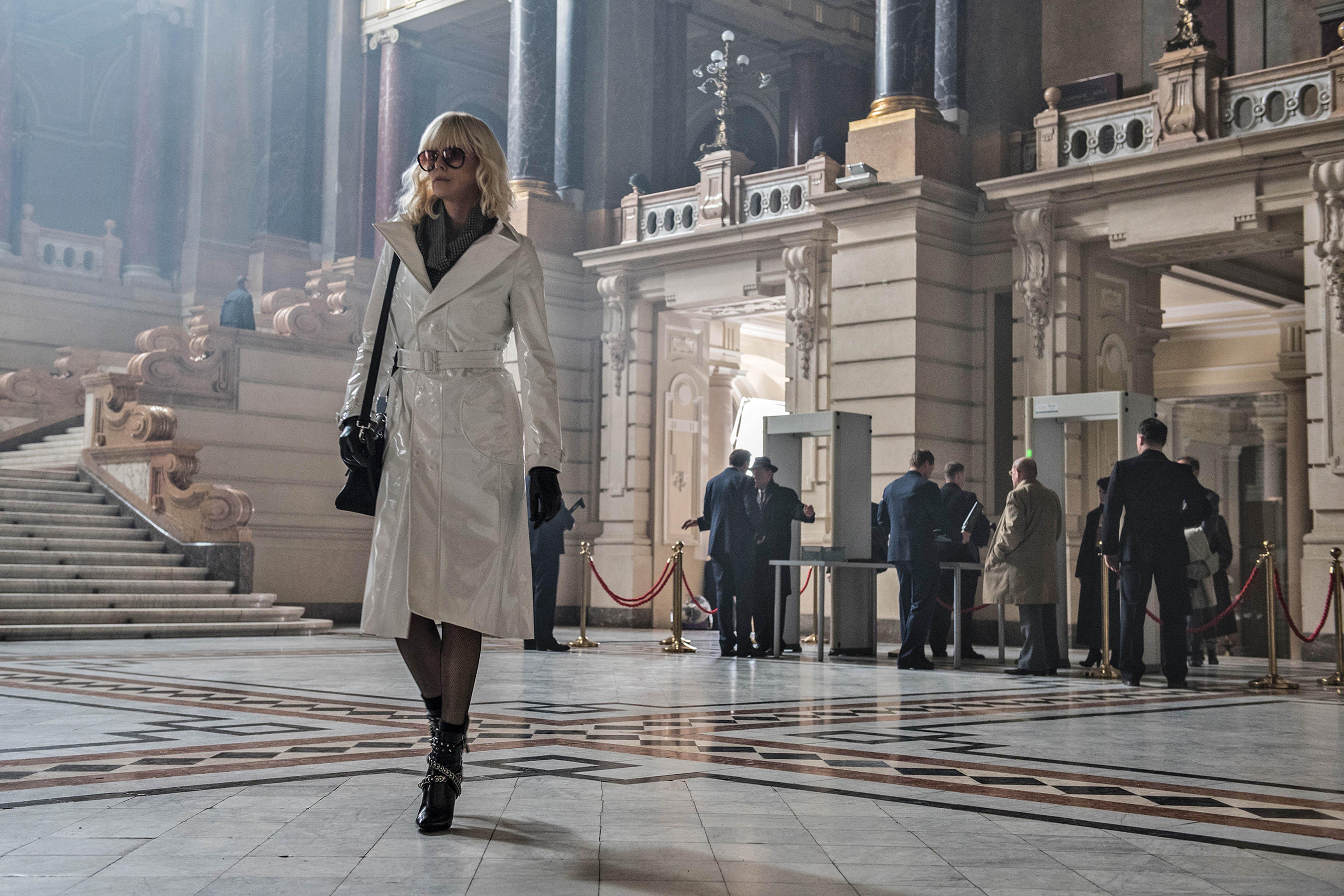 6 trang phục hàng hiệu cực chất của nữ điệp viên Charlize Theron trong Atomic Blonde