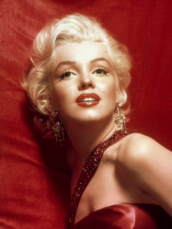 """Có phỏng đoán cho rằng, bà có ý định để lộ bí mật của sự cố UFO ở Roswell vào năm 1947 cùng với những chuyện """"động trời"""" khác của giới chính trị nên CIA đã cho lệnh giết Marilyn."""