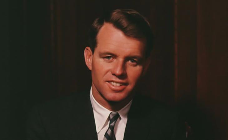 """Sau khi cái chết của nữ minh tinh được cánh báo chí xác nhận, cố Thượng nghị sĩ Robert Kennedy là người mà dư luận """"chĩa mũi dùi"""" vào đầu tiên do vướng phải scandal tình ái với Marilyn"""