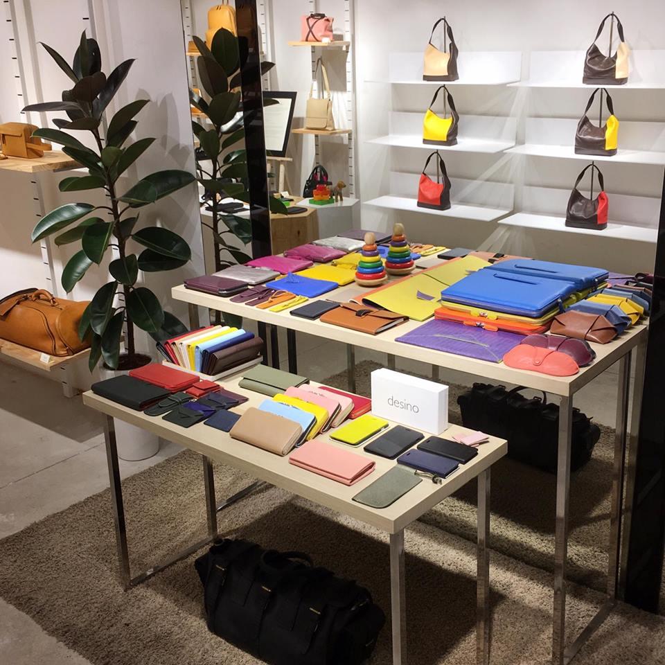 Desino là thương hiệu được hình thành từ tay nghề khéo léo của đội ngũ thợ Việt Nam và nguồn chất liệu da cao cấp chuẩn quốc tế từ Ý và Mỹ. Những bộ sưu tập túi được giới thiệu mỗi 06 tháng là những thiết kế túi da và phụ kiện cho Nam và Nữ theo phong cách đơn giản, lịch thiệp
