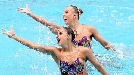 Học cách trang điểm không trôi từ các vận động viên của môn bơi nghệ thuật