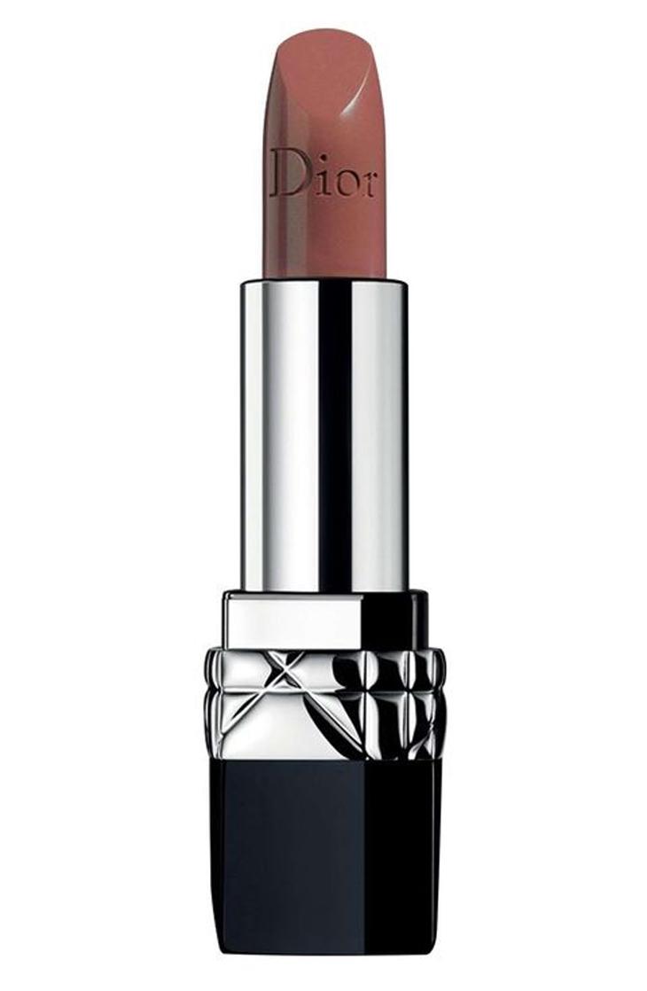 Màu da ngăm và sậm màu sẽ tỏa sáng với sắc độ nude kem của Son Dior Couture Color Rouge Lipstick màu Promenade.