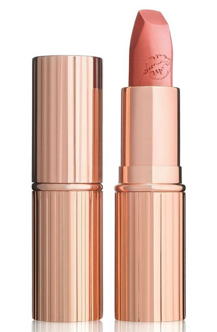 Nếu màu nude quá trung tính sẽ làm gương mặt bạn bị xuống sắc, bợt bạt. Thỏi son Charlotte Tilbury Hot Lips màu Super Cindy lại chứa vừa đủ sắc màu đào giúp gương mặt bạn trông tươi sáng một cách tự nhiên như không hề trang điểm.