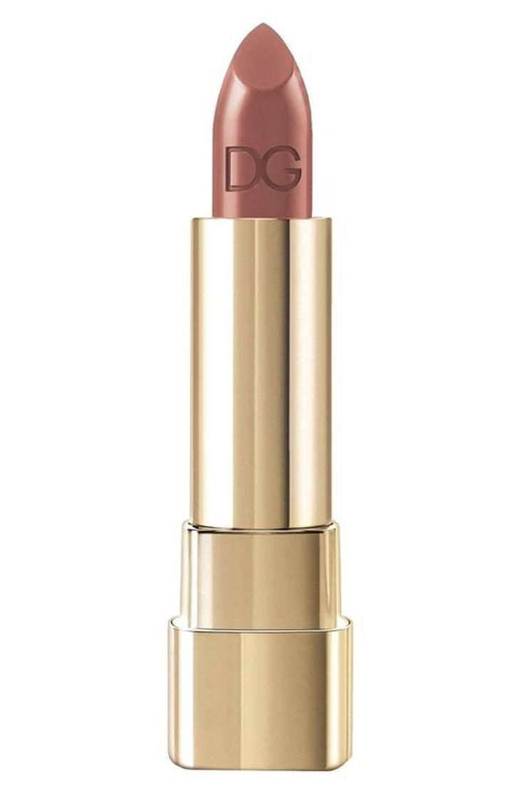 Không quá hồng, không quá nâu, son Dolce & Gabbana Classic Cream màu Honey hợp với hầu hết các màu sắc trang phục.