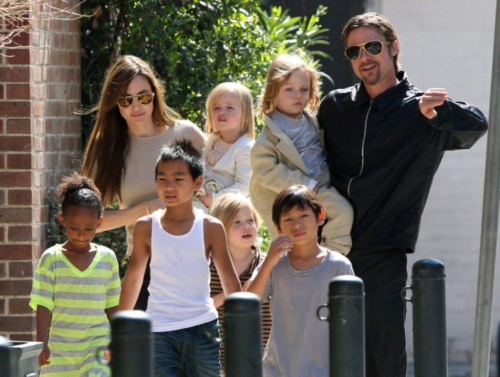 Những khoảng khắc đầm ấm và hạnh phúc bên 6 người con của cặp đôi vàng