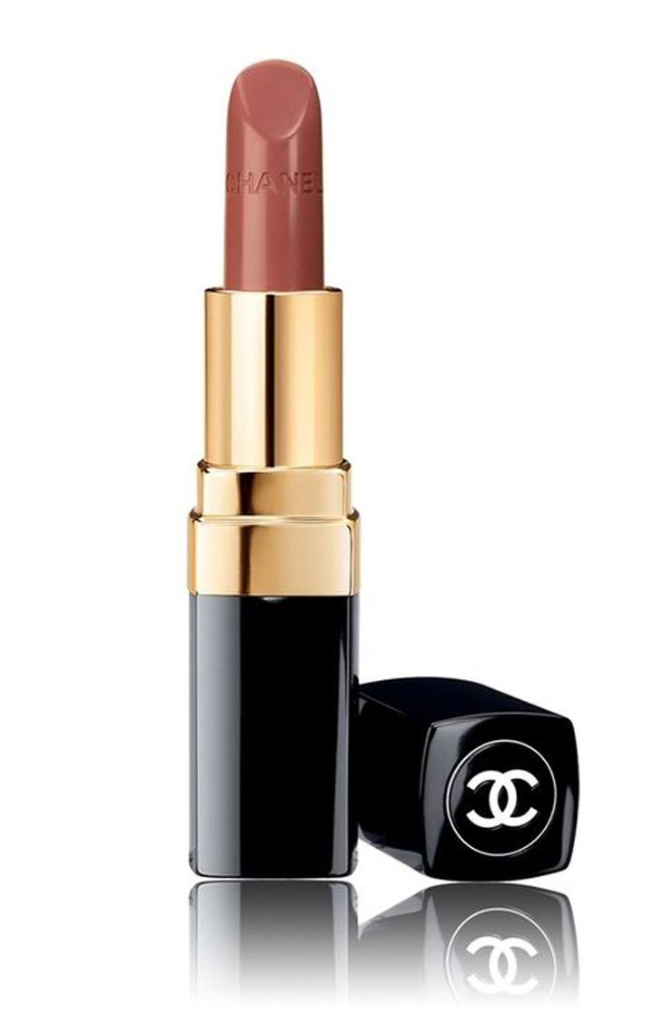 """Nhiều sắc độ son nude nhợt nhạt khiến bạn trông như mất hết sức sống. Nhưng riêng thỏi son môi đẹp Chanel Rouge Coco Ultra Hydrating màu Antoinette với màu sắc """"giống như môi trần nhưng đẹp hơn"""" này sẽ không làm bạn thất vọng."""