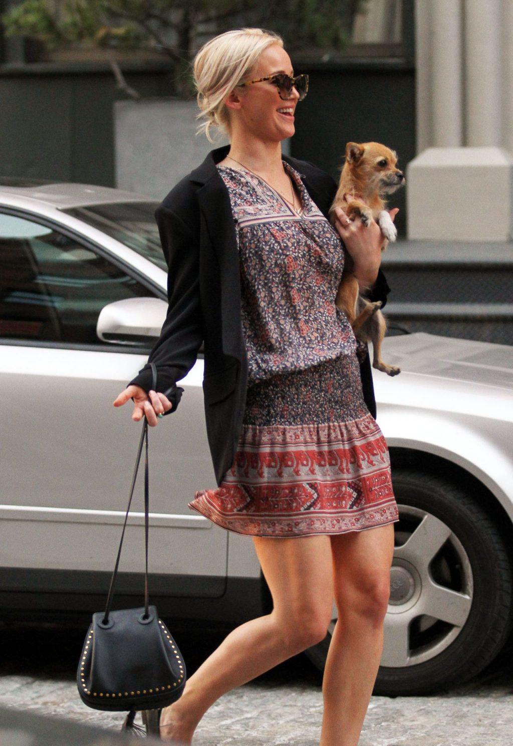 Jennifer chọn một chiếc váy hoa nhí, áo blazer và kính râm để dạo phố cùng chú cún cưng Pipi