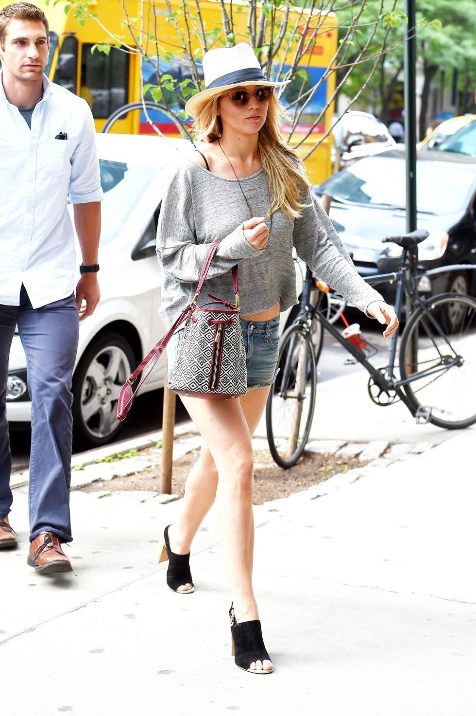 Những chiếc kính râm luôn là phụ kiện bất li thân khi dạo phố của Jennifer Lawrence. Cô chọn thêm cho mình chiếc mũ Fedora, áo trễ vai mix quần jean ngắn và đôi giày Mule