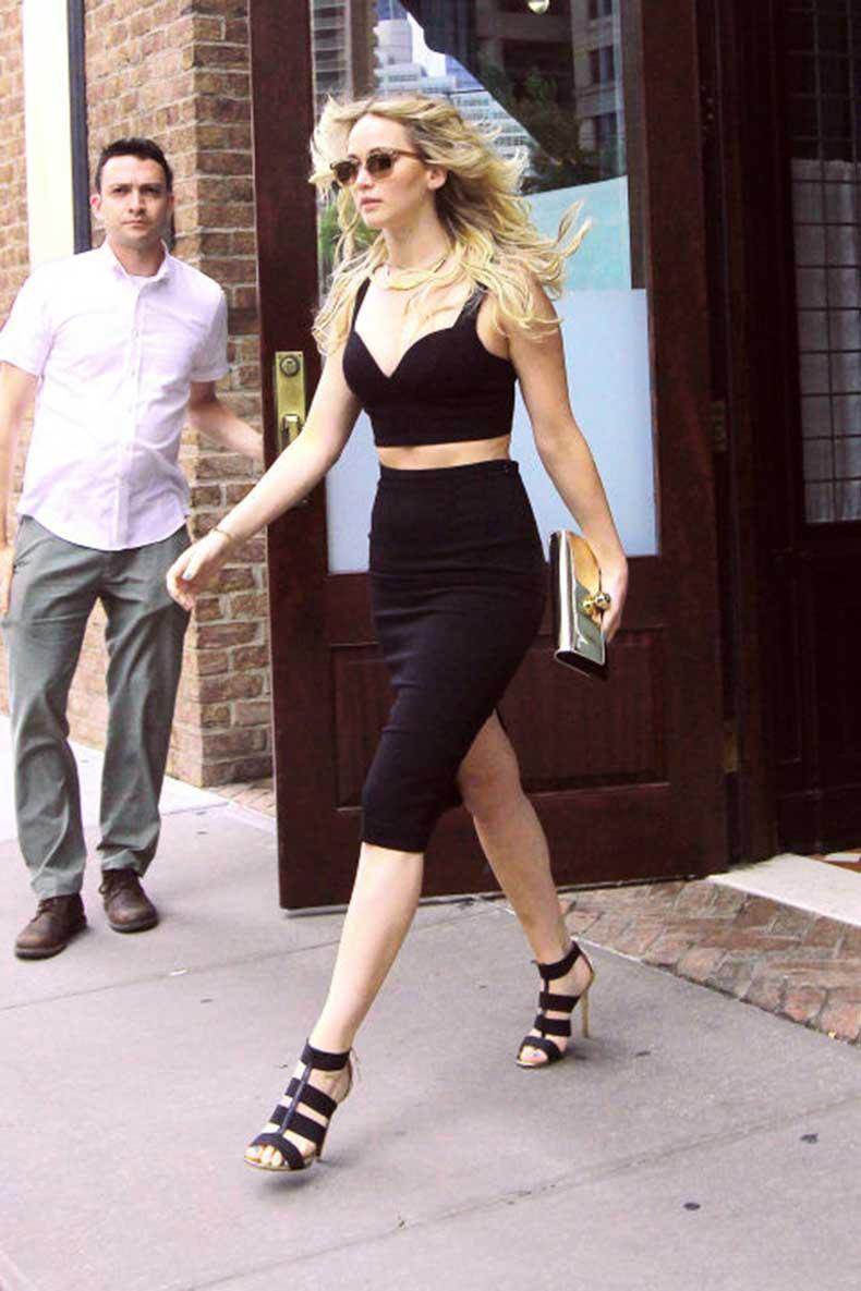 """Nữ diễn viên """"Húng nhại"""" quyến rũ trong chiếc croptop đen của Michael Kors và chân váy cùng màu, kết hợp cặp kính Oliver Peoples"""