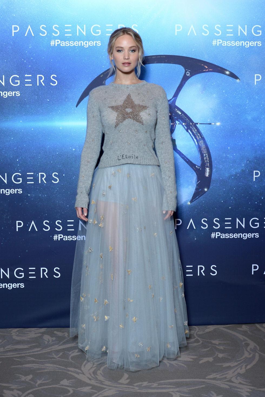Tại thảm đỏ ra mắt phim Passengers ở Paris, Jennifer mặc chiếc áo len xám của Christian Dior và chân váy sheer mỏng. Đây là một ý tưởng hay cho các cô gái về trang phục trong mùa đông này đấy.
