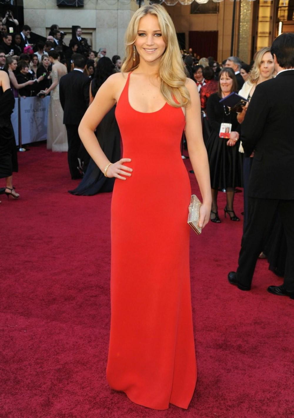 Chiếc váy đỏ của Calvin Klein và mái tóc vàng uốn nhẹ giúp Jennifer trở nên quyến rũ, tỏa sáng tại lễ trao giải Oscar