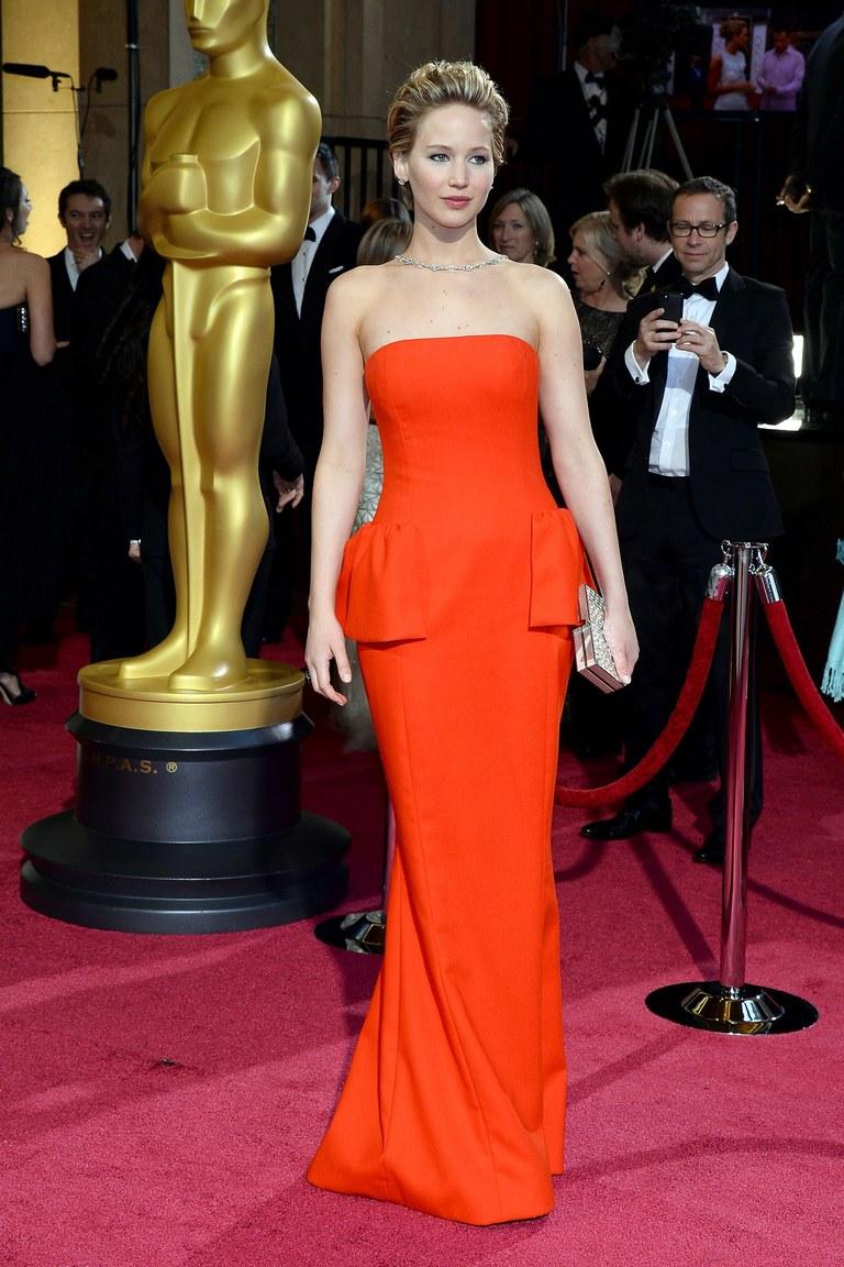 Dường như váy đỏ luôn là sự lựa chọn của Jennifer Lawrence cho mỗi lần tham dự giải Oscar. Cô yêu kiều, sang trọng như một diva của buổi tiệc đêm vậy