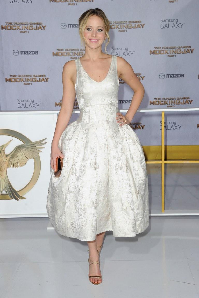 Tại buổi ra mắt phim Mockingjay, Jennifer đáng yêu, thuần khiết như cô búp bê trong bộ váy trắng, họa tiết chìm của Dior