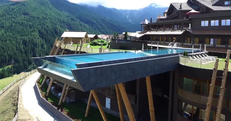 Bể bơi của khách sạn Hubertus, Italy