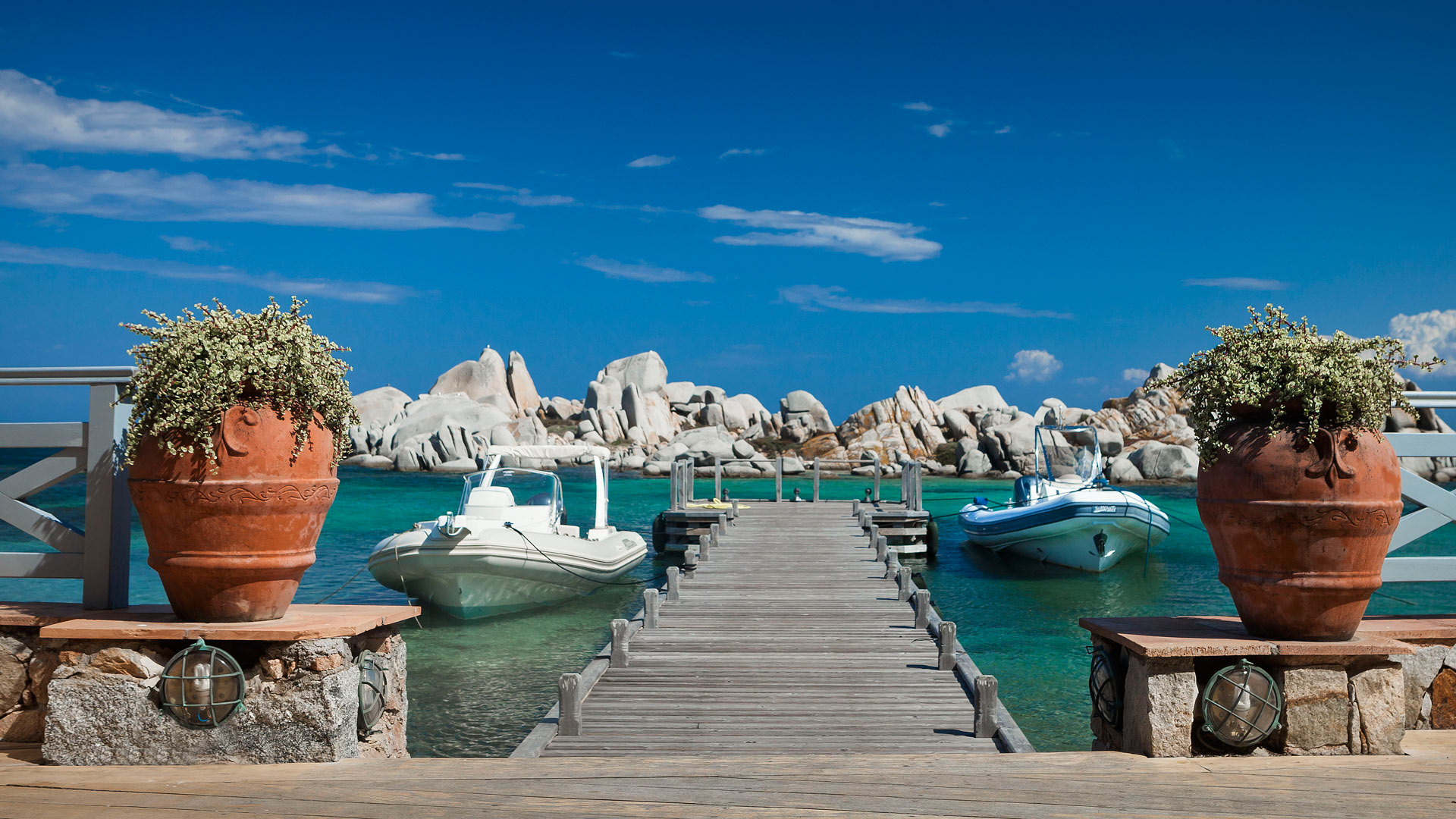 Khung cảnh vô cùng tráng lệ từ bến tàu nhỏ của Hôtel & Spa Des Pêcheurs nhìn ra bãi đá.