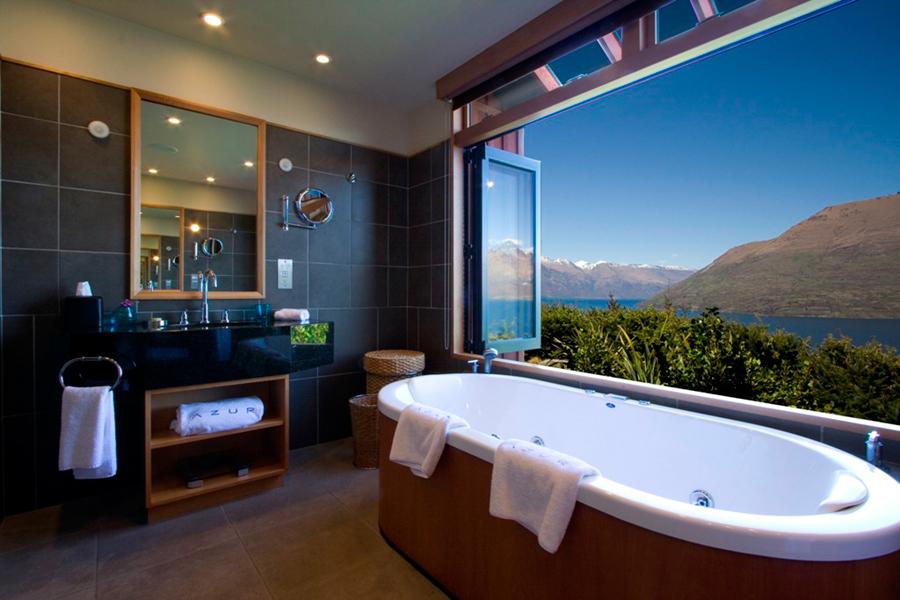 Phòng tắm được xây hướng ra phía hồ, du khách có thể vừa ngâm bồn, vừa ngắm cảnh
