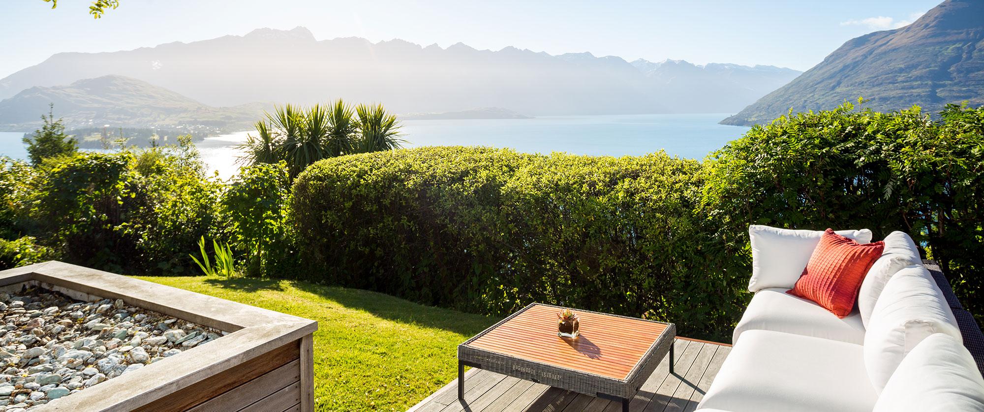 Azur là khu nghỉ dưỡng cao cấp trên một ngọn đồi nằm gọn giữa hồ Wakatipu và hai dãy núi Remarkables và Cecil, gần thành phố Queenstown.