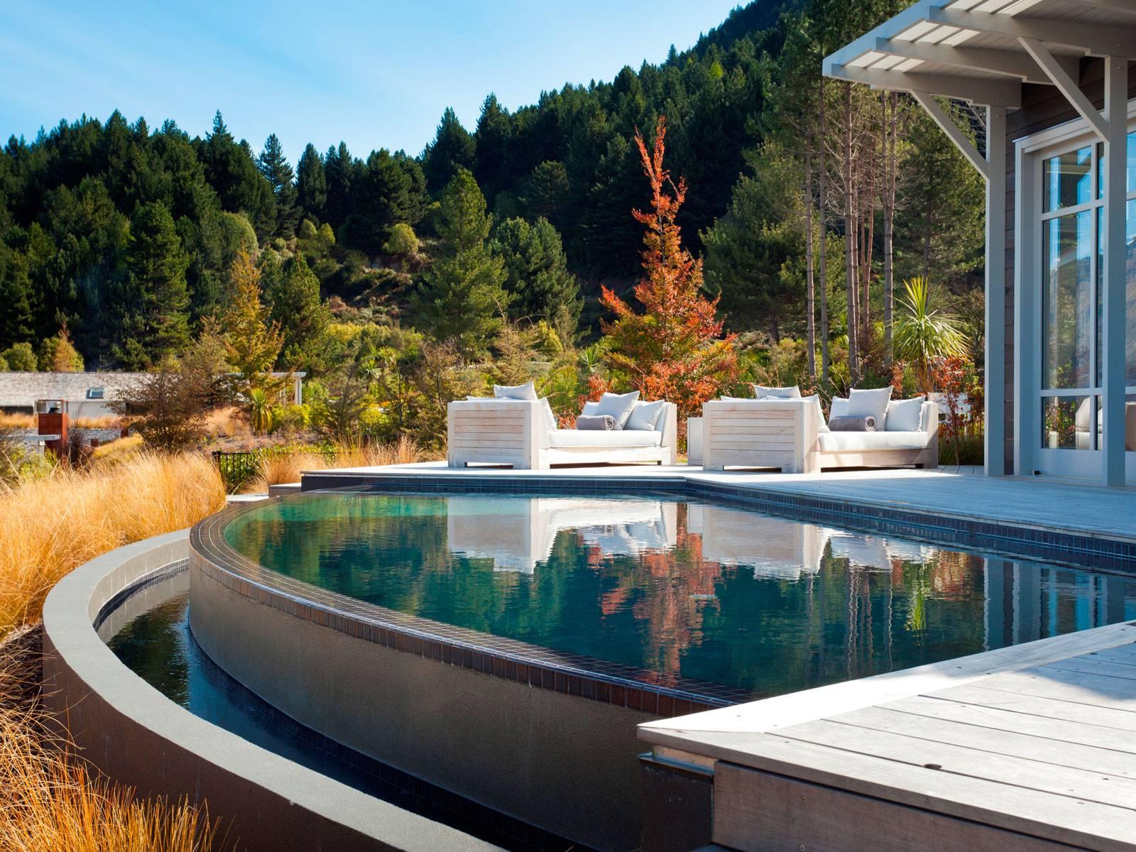 """Tuy đi theo phong cách hiện đại, nhưng Azur lại tạo cho du khách cảm giác gần gũi, """"như là nhà"""" khi trang bị cả hồ bơi và lò sưởi ngoài trời để những gia đình đi nghỉ dưỡng có thể quây quần bên nhau."""