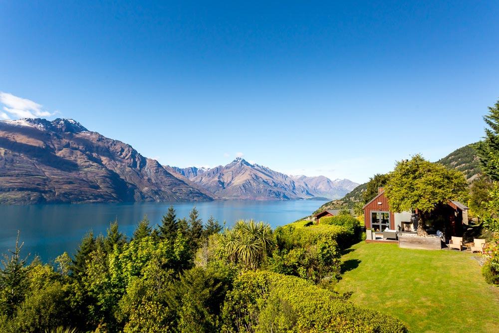 Từ khu nghỉ dưỡng, ta có thể hướng tầm nhìn thẳng ra hồ Wakapitu và những dãy núi san sát nối tiếp nhau.