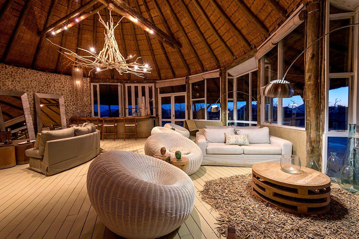 Hầu hết nội thất của từng phòng được làm bằng gỗ với tông màu nâu, trắng, beige tuy đơn giản nhưng không kém phần sang trọng.