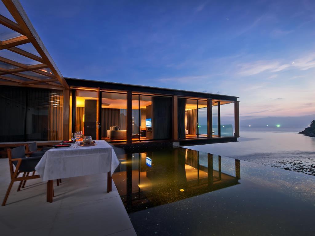 Toàn bộ phòng ốc ở The Naka Phuket đều được lắp kính trường lực để du khách có thể hướng tầm nhìn ngắm cảnh thiên nhiên hùng vĩ