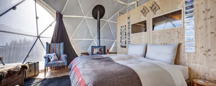 """Mọi chi tiết nội thất trong từng """"pod"""" đều mang lại cảm nhận tinh tế với đầy đủ giường ngủ king size, phòng tắm, lò sưởi, và ban công."""