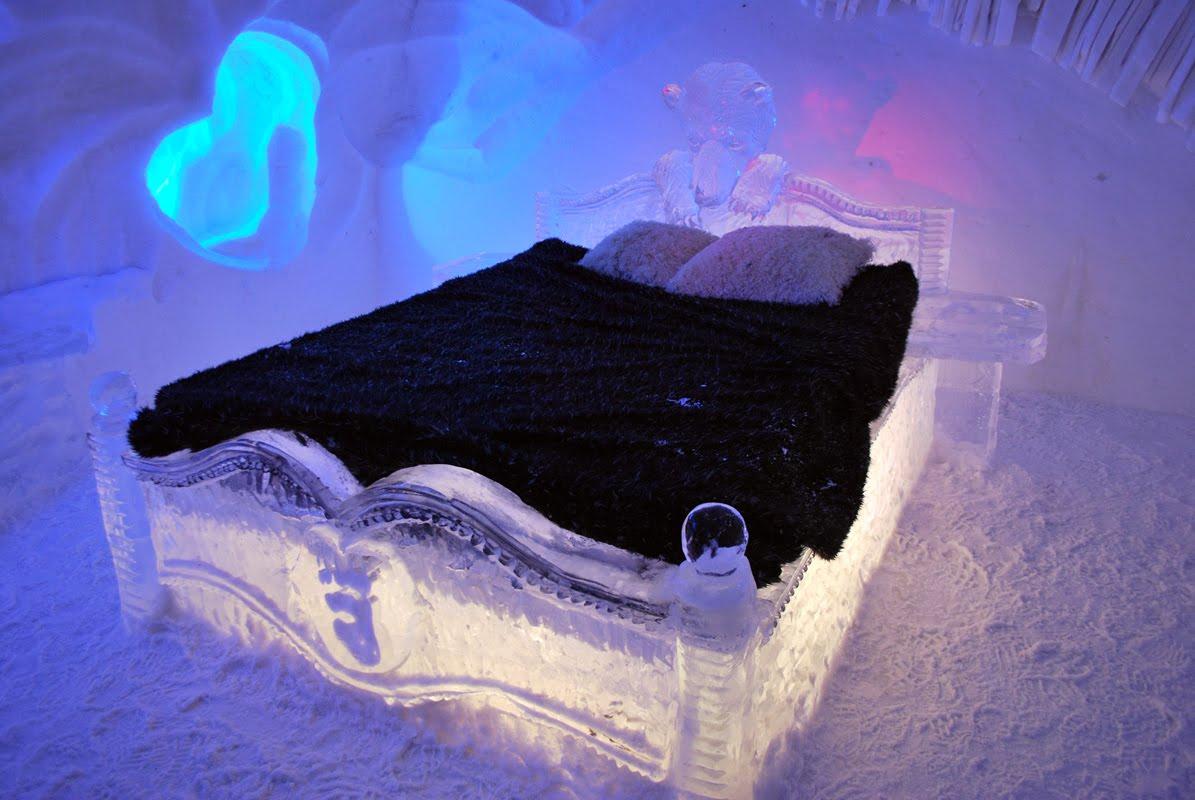 Giường ngủ sẽ có trải một tấm nệm lông dày ấm áp.