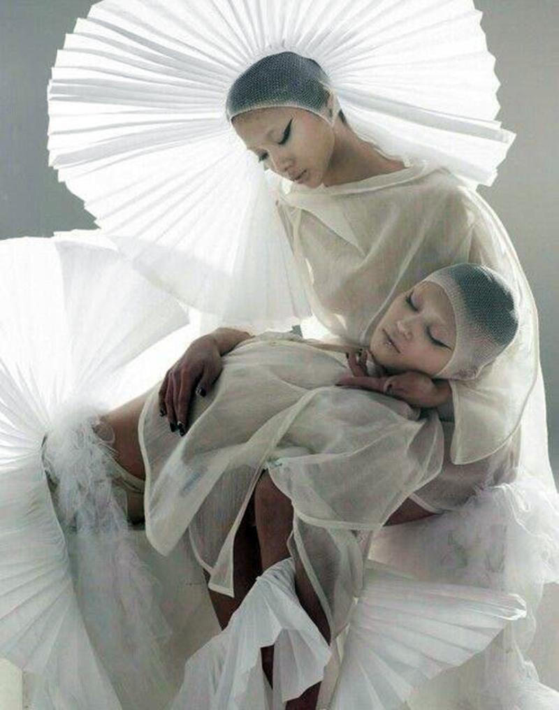 AYABAMBI - cặp đôi đồng tính tài năng đưa điệu nhảy Vogue vào thời trang cao cấp.