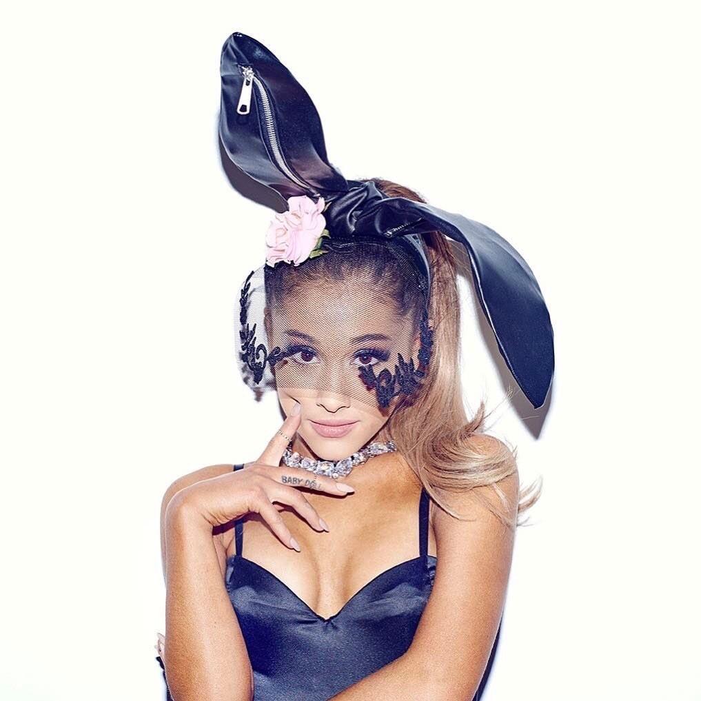 Chiếc băng đô tai thỏ màu đen đã trở thành biểu tượng quen thuộc của cô nàng vừa ngọt ngào vừa nguy hiểm Ariana Grande