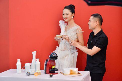 Dzũng Yoko tận tình hướng dẫn người mẫu tạo dáng